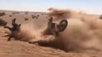 Motociklistam iespaidīgs kritiens Dakaras rallijā