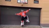KHL vārtsargs teju pilnā ekipējumā demonstrē prasmes basketbolā