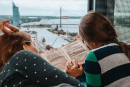 """Piecas izrāžu - lasījumu cikla """"Lasām Latvijā""""  izrādes Nacionālajā bibliotēkā"""