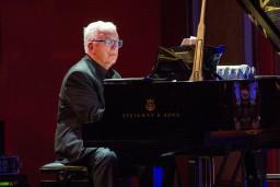 """Aicina uz jaunu koncertu ciklu """"Kino un teātra mūzika"""". Šonedēļ – pirmais koncerts ar Maestro Raimondu Paulu"""
