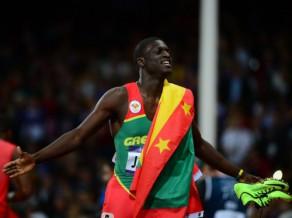 19 gadus vecais Džeimss <i>iznīcina</i> visus konkurentus 400 metros
