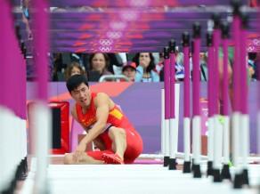 Drāma 110 metru barjerskrējienā: krīt un izstājas Atēnu olimpiskais čempions Sjans