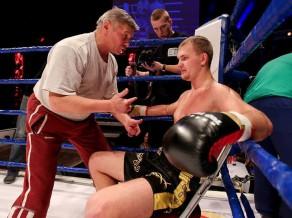 Latvijas bokseris Porozovs Anglijā nokautē britu sportistu Natlendu