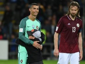 FIFA vēl nav piespriedusi LFF sodu par mazā puiša izskriešanu laukumā