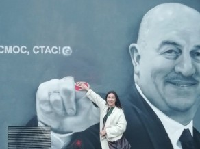 """Nezināmi ļaundari Čerčesova grafiti """"nogriež"""" rādītājpirkstu"""