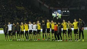 """Video: Dortmundes """"Borussia"""" fani pēc uzvaras kopā ar spēlētājiem dzied ''Zvaniņš skan''"""