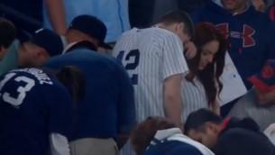 Video: Fans spēlēs laikā bildina draudzeni un pazaudē gredzenu