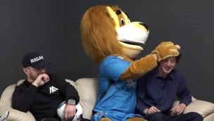 """Video: Futbolbumbas: Lauva sarīko šovu, """"Riga"""" par futbolu kā izklaidi"""