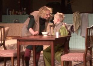 """Video: """"Apglabājiet mani zem grīdas"""" otrdien Dailes teātrī. Izrādes fragmenti"""