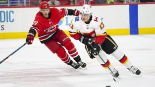 """Starp NHL nedēļas trim zvaigznēm divi Kalgari """"Flames"""" spēlētāji"""