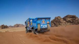 """Dakaras motociklu klases uzvarētāju soda, smago auto ieskaitē vadību pārņem """"Kamaz"""""""