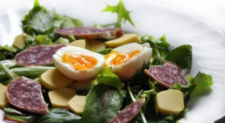Sātīgie brokastu salāti ar olu