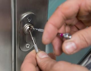 Pazaudēta atslēga? Nemeklējiet, kā izsist logu!