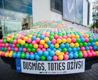 Foto: Latvijā populāri cilvēki atraktīvi bloķē iereibušu šoferu auto