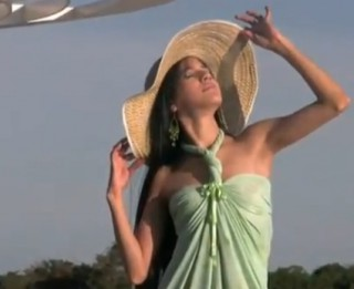 Video: Kā uzšūt modernu pludmales kleitu dažās minūtēs