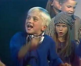"""Video: Vai atceries? Mazie Valters un Kaža pirms 20 gadiem dzied """"Anniņa vanniņā"""""""