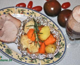 Cūkgaļas cepetis ar folijā ceptiem dārzeņiem