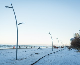 Dzintaru pludmalē ierīkots apgaismots pastaigu celiņš