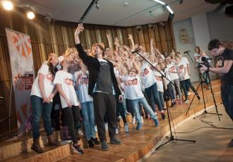 """Foto: Dziedošākie VEF LJBL dalībnieki kopā ar R.Vanagu un K.Lāci iedzied """"Ja tu teiksi"""""""