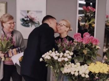 Video: Rīgas ziedu pārdevējas tiek pārsteigtas ar ziediem