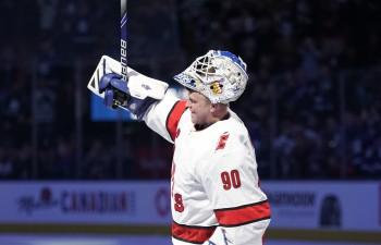 """Fantastika NHL: ledus tīrāmās mašīnas vadītājs stājas vārtos un uzvar """"Maple Leafs"""""""