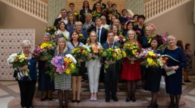 """Pasniegtas """"Zelta pildspalvas"""" labākajiem Rīgas skolotājiem un """"Zelta stipendijas"""" izcilākajiem skolēniem"""