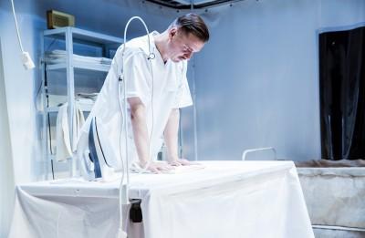 """Viens no prominentākajiem Krievijas teātra kritiķiem slavē Valmieras teātra izrādi """"Kāpēc es nogalināju sievu"""""""
