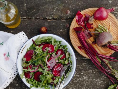Saldie Latvijas labumu salāti ar pienenēm
