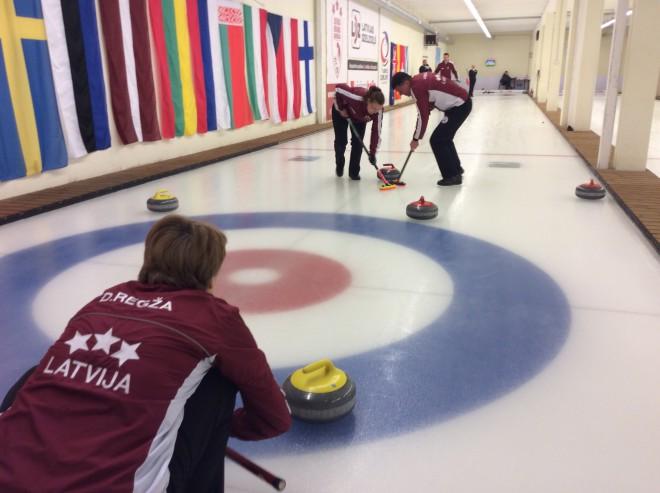Jauktās kērlinga komandas sacentīsies par Latvijas čempiona titulu