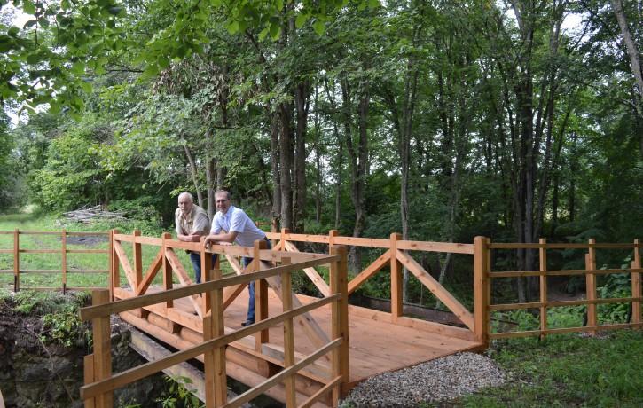 """Dabas parkā """"Daugavas loki"""" atjaunots kājāmgājēju un velosipēdistu tiltiņš pār Bornes upi"""