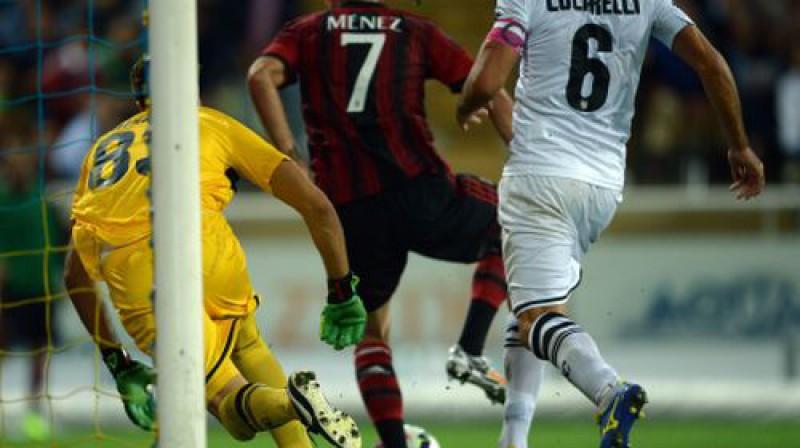 """Žeremijs Menezs liek pārdomāt dzīvi """"Parma"""" vārtsargam un aizsargiem Foto:AFP/Scanpix"""