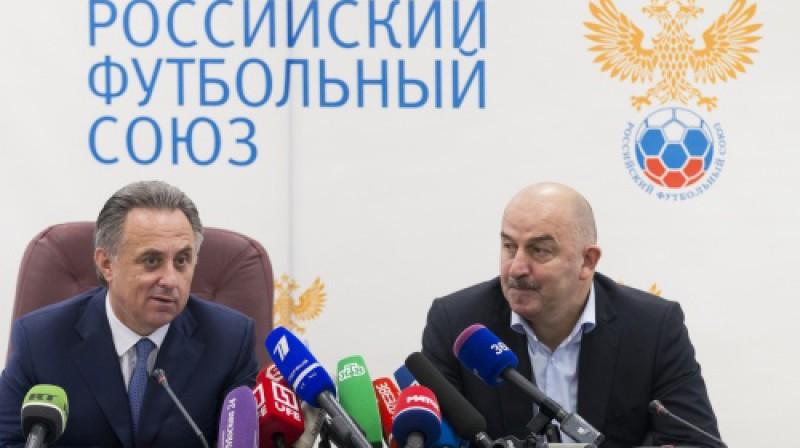 Krievijas sporta ministrs un Futbola savienības prezidents Vitālijs Mutko un izlases jaunais galvenais treneris Staņislavs Čerčesovs Foto: AP/Scanpix