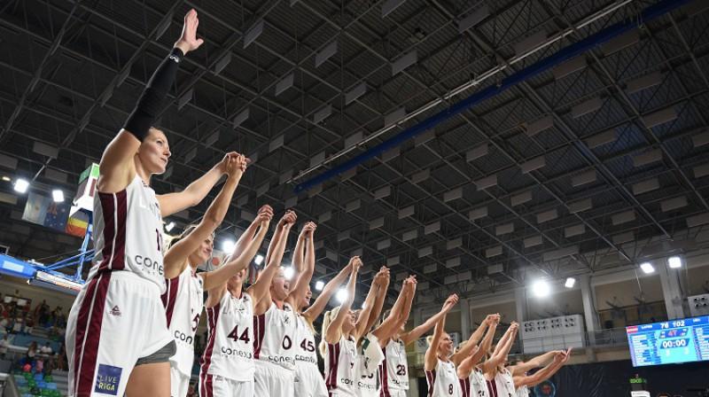 Latvijas basketbolistes pateicas līdzjutējiem. Foto: Romāns Kokšarovs, f64