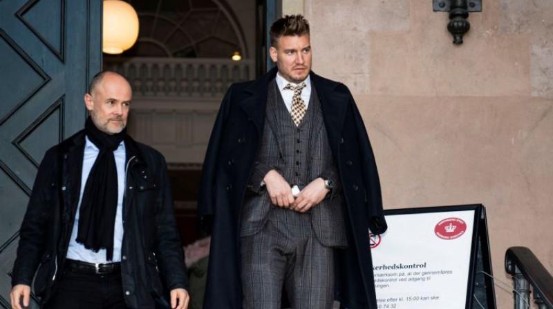 Niklass Bendters (pa labi) ar advokātu atstāj Kopenhāgenas pilsētas tiesu. Foto: Reuters/Scanpix