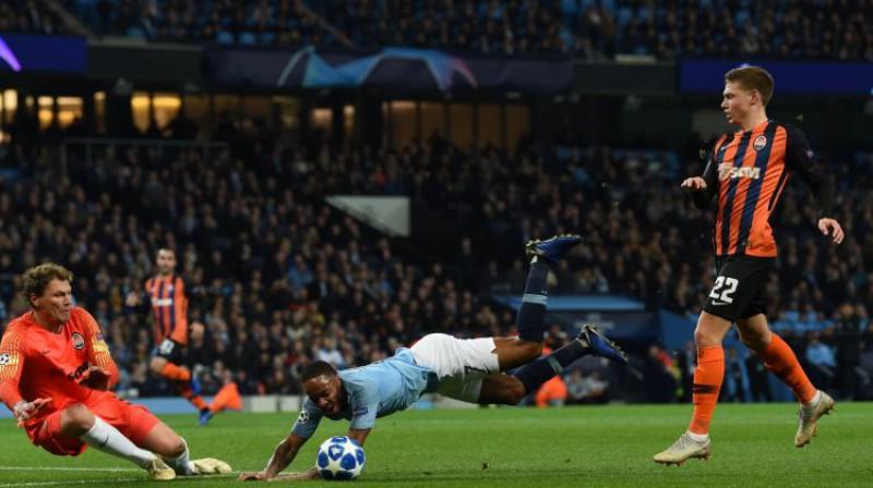 Rahīms Stērlings nopelna futbolam neglaimojošu pendeli. Foto: AFP/Scanpix