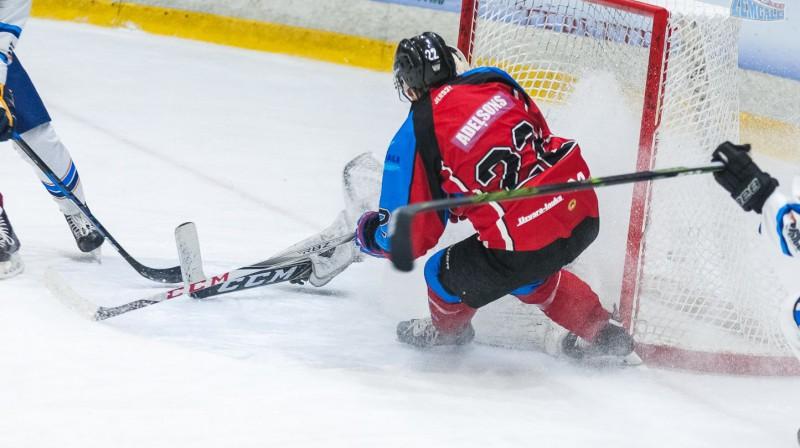 "Vārtiem uzbrūk ""Zemgale""/LLU hokejists Vladislavs Adeļsons. Foto: hkzemgale.lv"