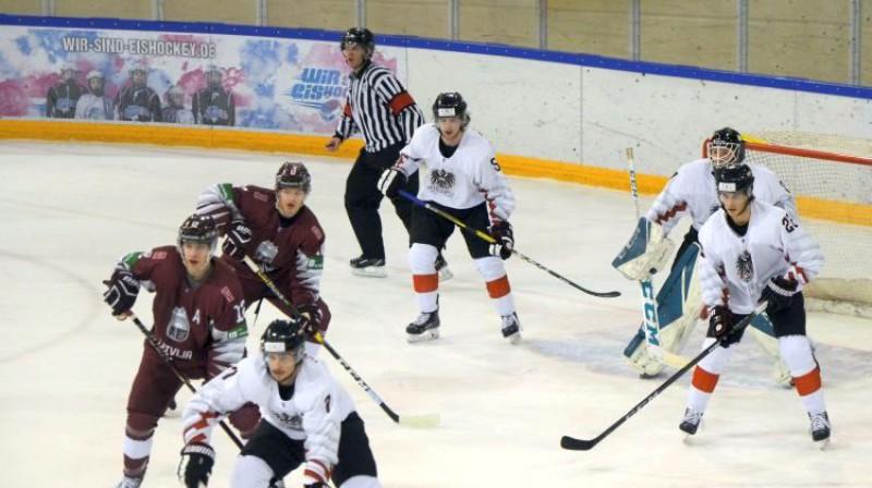 Latvijas U20 izlases hokejisti spēlē pret Austriju. Foto: LHF