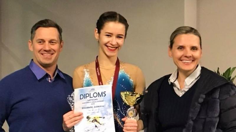 "Treneris Raimo Reinsalu (Igaunija), daiļslidotāja Elizabete Jubkāne un ""Kristal Ice"" kluba vadītāja Olga Kovaļkova. Foto: kristalice.lv"