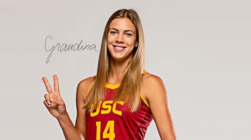 Tīna Graudiņa ar autogrāfu. Foto: USC Beach Volleyball