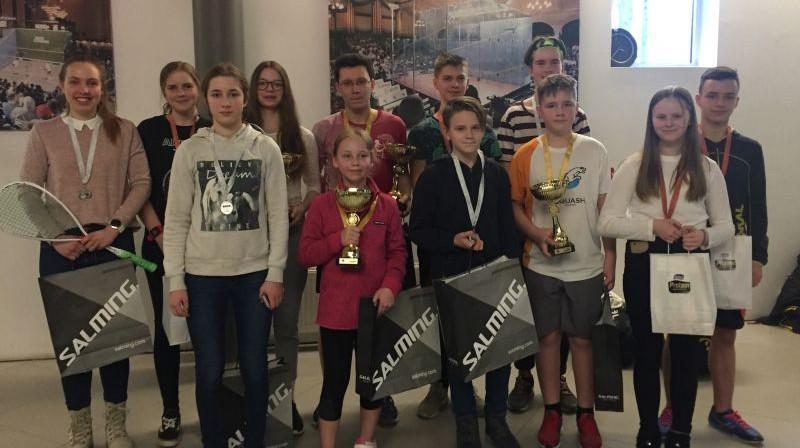Baltijas junioru čempionāta skvošā medaļnieki. Foto: Latvijas Skvoša federācija