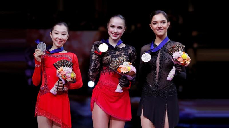 Pasaules čempionāta pjedestāls - Elizabete Tursinbajeva, Alīna Zagitova, Jevgeņija Medvedeva. Foto: Reuters/Scanpix