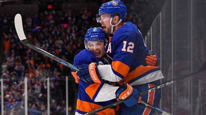 """Ņujorkas """"Islanders"""" hokejisti svin uzvaras vārtu guvumu. Foto: USA TODAY Sports/Scanpix"""
