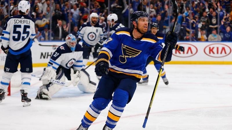 """Sentluisas """"Blues"""" hokejists Džeidens Švarcs kļuva par sērijas sestā mača galveno varoni. Foto: AFP/Scanpix"""