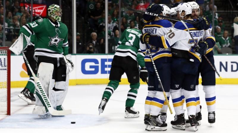 """Sentluisas """"Bllues"""" hokejisti pēc vārtu guvuma. Foto: AP/Scanpix"""