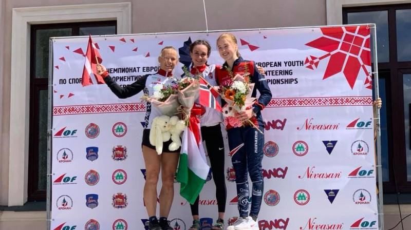Elza Ķuze (pa kreisi) pēc sudraba izcīnīšanas Eiropas jauniešu čempionātā. Foto: Latvijas Orientēšanās federācija