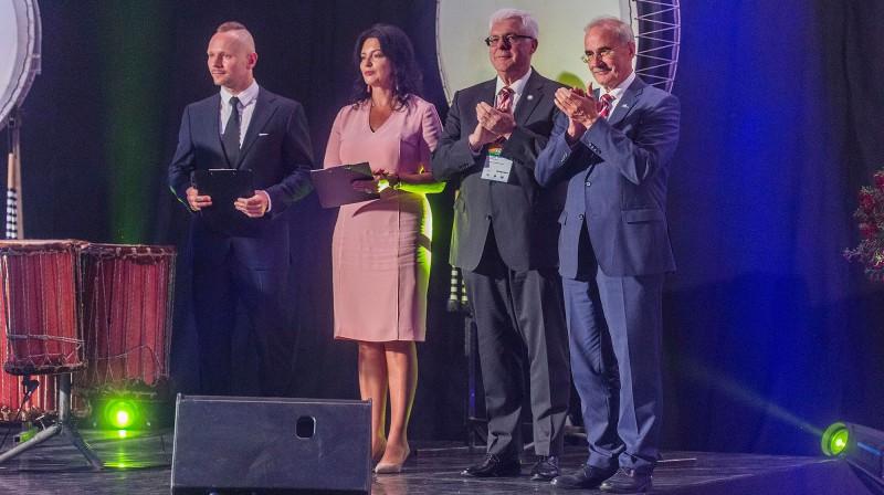 Jelgavas mērs Andris Rāviņš (no labās) un LOK prezidents Aldons Vrubļevskis Latvijas Jaunatnes olimpiādes atklāšanas ceremonijā. Foto: Ivars Veiliņš