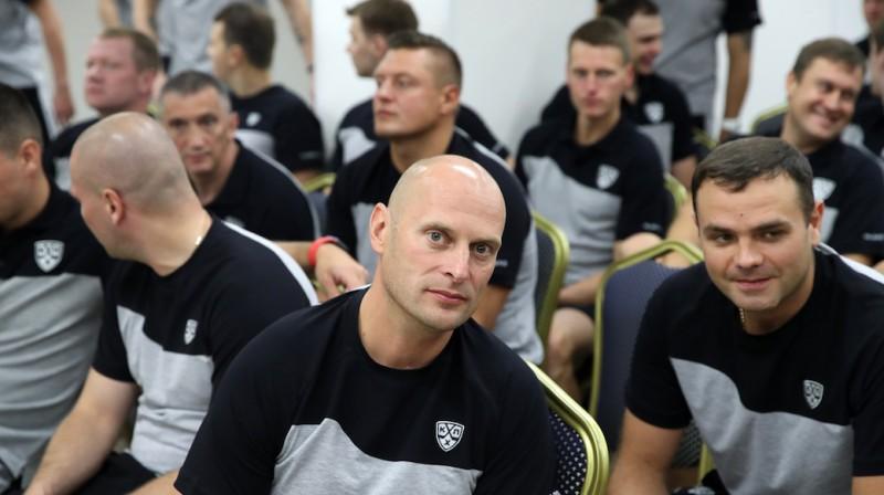 Eduards Odiņš priekšplānā. Foto: Vladimirs Bezzubovs, khl.ru