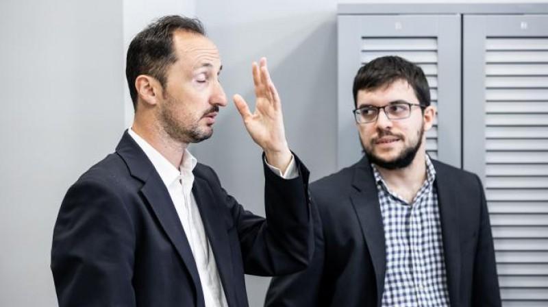 Veselins Topalovs (no kreisās) un Maksims Vašjē-Lagravs pēc ļoti īsās spēles. Foto: World Chess