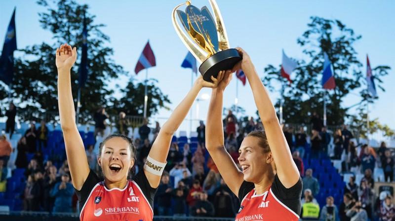 Anastasija Kravčenoka un Tīna Graudiņa ar Eiropas čempioņu trofeju. Foto: CEV