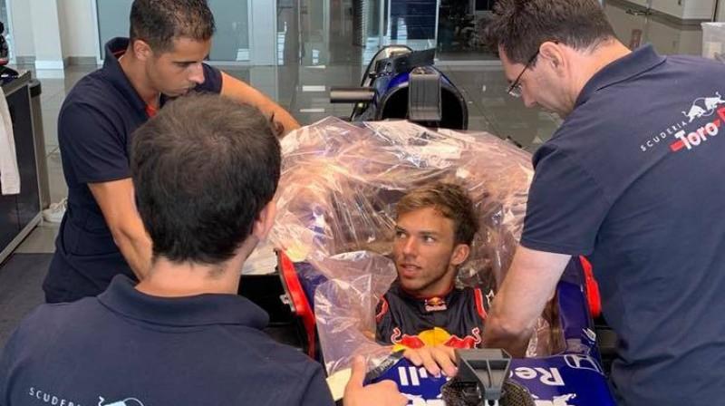 """Pjērs Gaslī atkal piemēra pilota sēdekli """"Toro Rosso"""" formulā. Foto: Facebook.com/PierreGasly"""